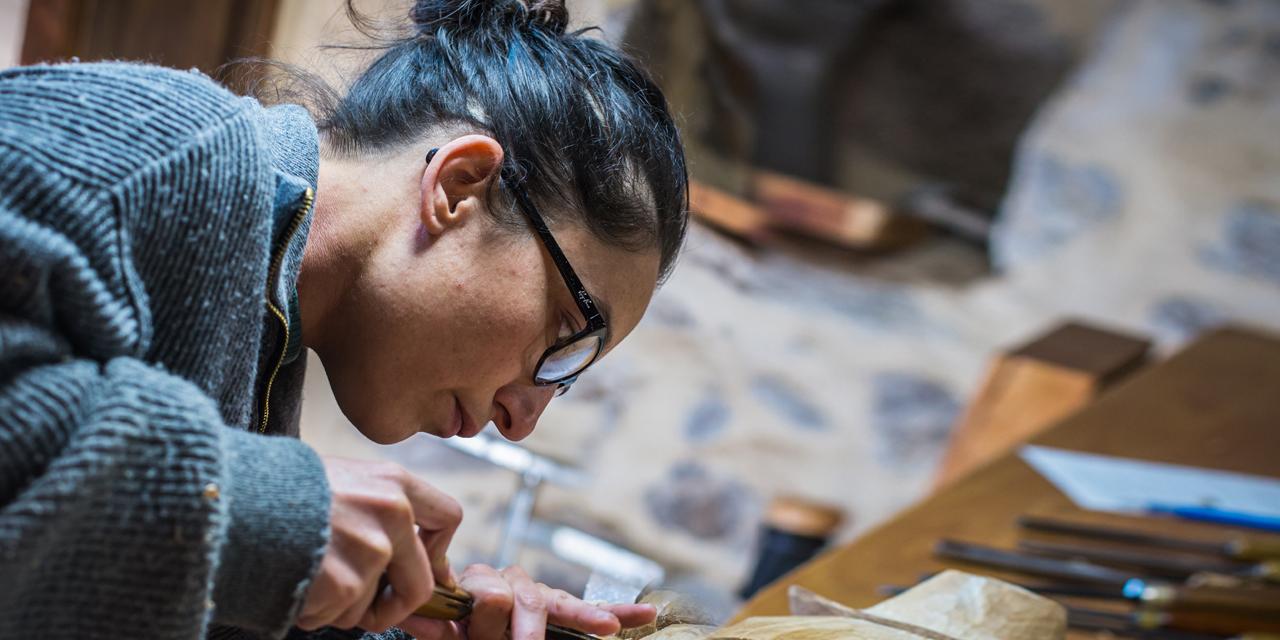 #39-Dans la peau d'Hélène, sculptrice sur bois